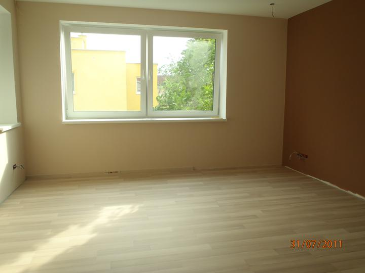 Prerábka domčeka - pred a po.... 06/2011 - hosťovská už aj s podlahou ešte olištovať