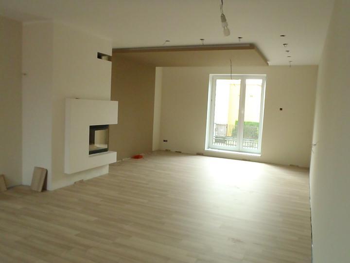 Prerábka domčeka - pred a po.... 06/2011 - obyvackokuchyna... cerstvo namalovana, položená podlaha...