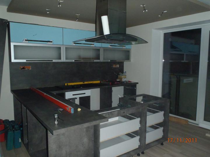 Prerábka domčeka - pred a po.... 06/2011 - 1.den montovania kuchynky