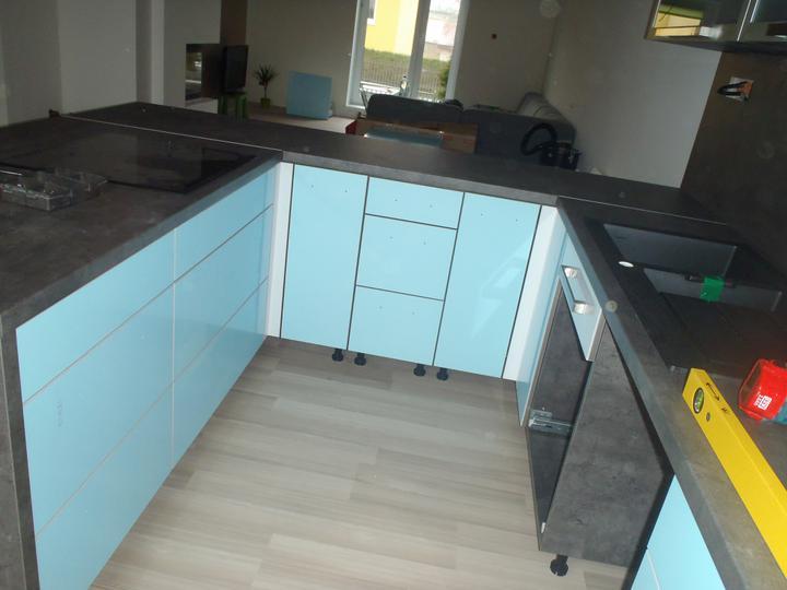 Prerábka domčeka - pred a po.... 06/2011 - 2. deň montovania kuchyne. Dvierka s ochrannou foliou :o))
