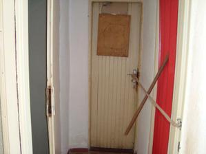 ďalšia hrôza....za tými dverami je balkón, a za tým niečim červeným WC