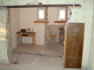 veľký otvor do kuchyne, pôvodne tam bola kúpeľňa a komora