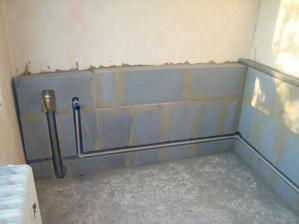 a buduje sa kúpeľňa, priestor na vaňu, nové rozvody vody
