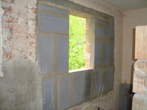 nový otvor pre okno v kúpeľni, to pôvodné bolo skoro na celú stenu.....