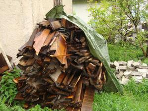 drevo, drevo a zase drevo.....a nevyužitý priestor za garážou