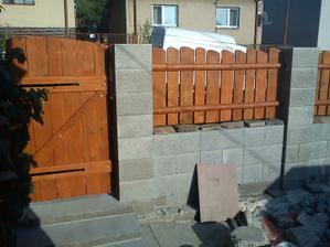 začíname stavať ploty