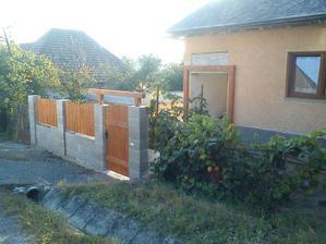 plot bude pokračovať okolo celého domu, betonové tvárnice sa budú obkladať