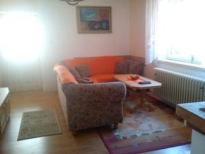 naša mini obývačka.....ten obraz som mimochodom chcela vyhodiť, našli sme ho v dome, je to olej na plátne, neviem či má nejakú cenu ale zatiaľ poslúži :-)
