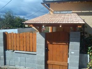 veľmi sa teším tomuto prístrešku, bol to môj nápad a zrealizoval ho manžel, aspoň sa natrénoval na ňom lebo na jar meníme strechu :-))))