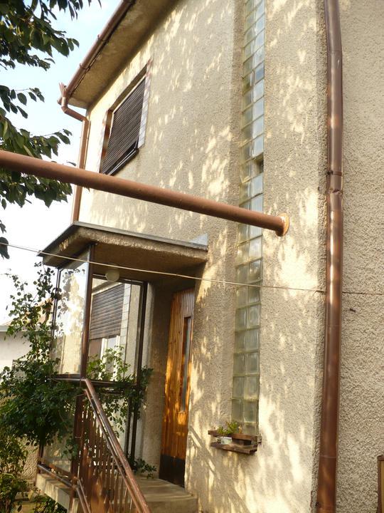 Pôvodný stav jún 2010 - zadný vchod, okno spodné kuchyňa, do budúcna východ na terasu, vrchné okno  bývalá spálňa, budúca synova izba