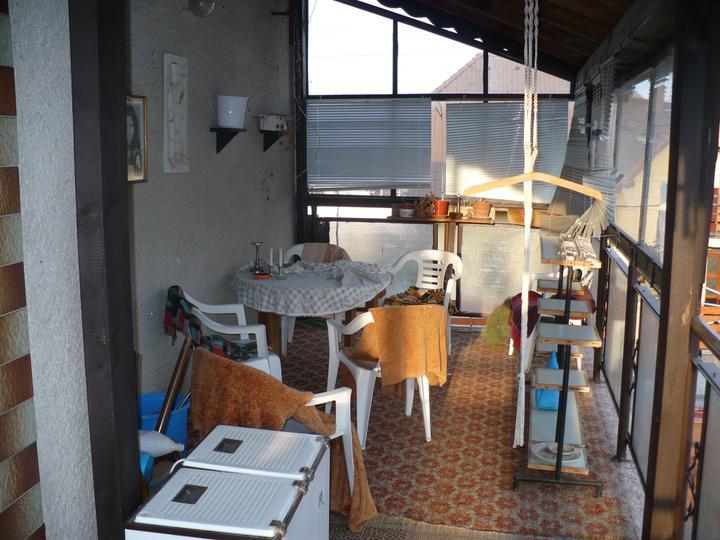 Pôvodný stav jún 2010 - neporiadok na balkóne, budúca pracovňa, príp. hosťovská