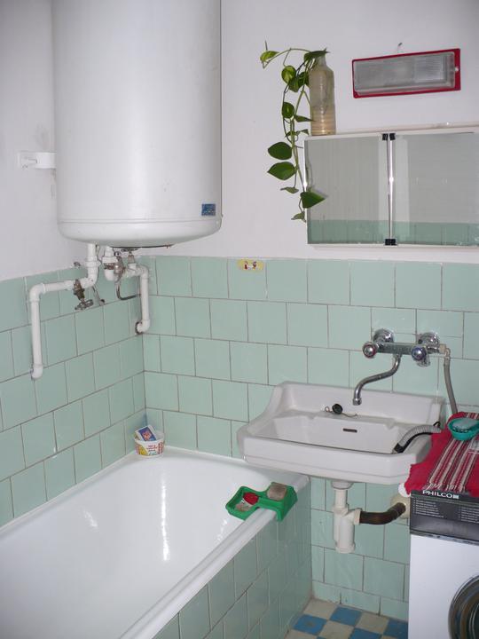 Pôvodný stav jún 2010 - kúpeľna na poschodí
