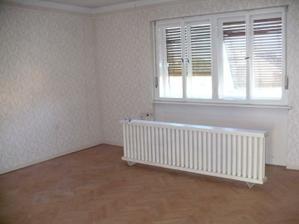 obývačka, parkety už nie sú, nadrozmerné radiátory sú tiež fuč