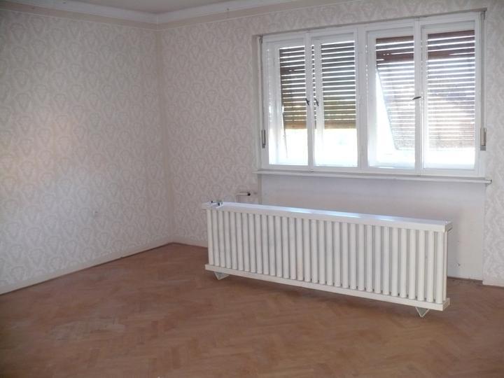 Premeny - obývačka, parkety už nie sú, nadrozmerné radiátory sú tiež fuč