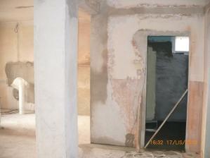 vľavo kuchyňa vpravo kúpeľňa