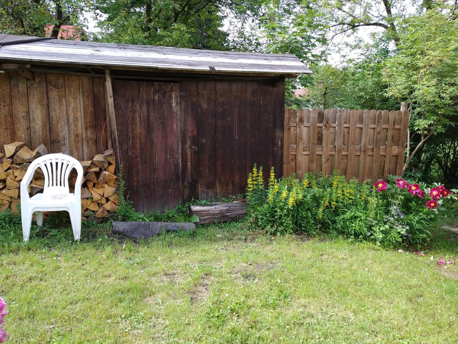 Babkina záhrada - Šopka by potrebovala náter