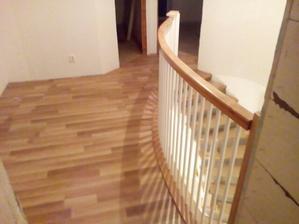 horna chodba, podlaha rovnaka ako v spalni