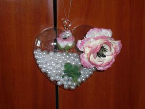 sklenene srdiecko na zavesenie, kvet bude podla vyzdoby.. ;)