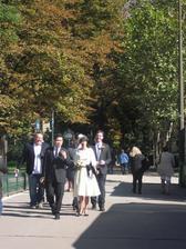 stretli sme ich v parizi pri eiffelovke.. nevesta je celom chic, nie?