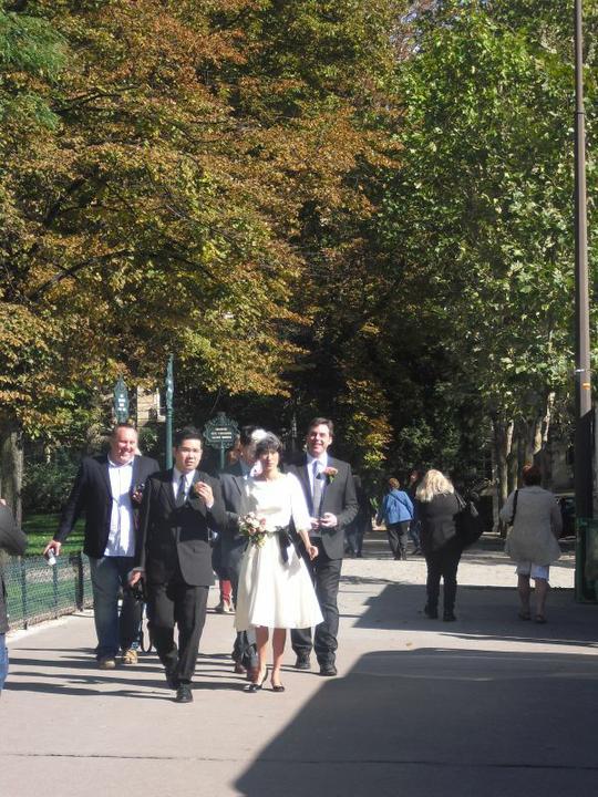Keby som sa mohla odviazať, moja svadba snov by vyzerala takto... - stretli sme ich v parizi pri eiffelovke.. nevesta je celom chic, nie?