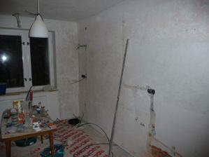 Oškrábané  zdi (pěkně hnusná práce :-)), vysekané rozvody
