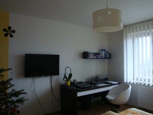 A pracovní zóna. Pod notebookem mám pěknou podložku se stejnýma kvítkama jako na stěně:-)) jen jsem ji nevyfotila :-)