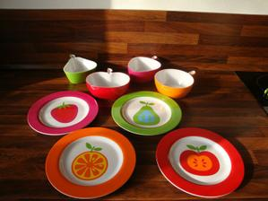 A ještě k nim talířky na jednohubky...vypadá to jak v mateřské školce, ale aspoň to je veselé :-))