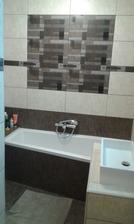 Druhá koupelna laděna spíš do přírodních barev