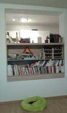 Pohled z obyváku do kuchyně, v otvoru jsme si udělali knihovnu :-)