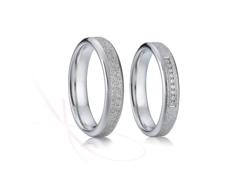 Přijďte si vybrat ze široké nabídky snubních prstenů z chirurgické oceli (316L), která je v současnosti velice oblíbený kov pro svoji cenu, ale i vlastnosti. - Obrázek č. 3