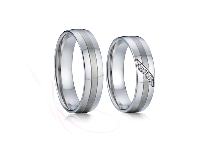 Přijďte si vybrat ze široké nabídky snubních prstenů z chirurgické oceli (316L), která je v současnosti velice oblíbený kov pro svoji cenu, ale i vlastnosti. - Obrázek č. 4