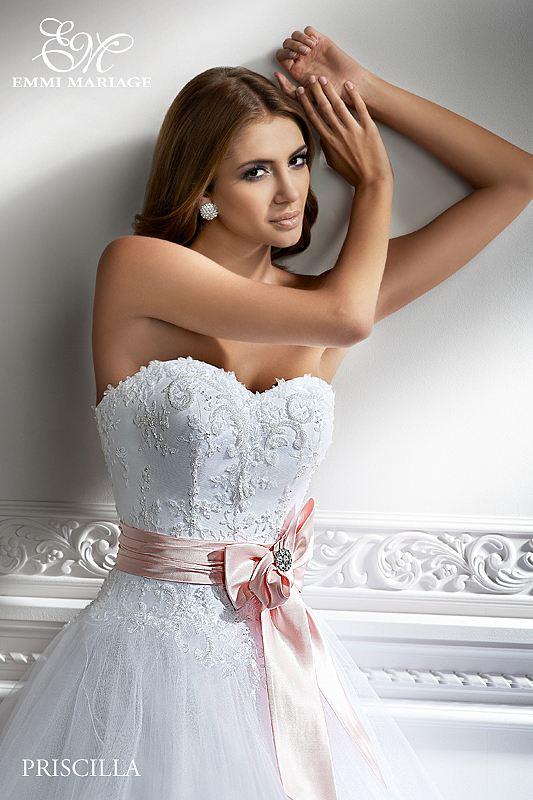 Opět pro Vás máme připravený nový model, tentokrát nádherné šaty značky EMMI MARIAGE - Mašle v pase se dá sundat, nebo vyměnit za jinou barvu :-)