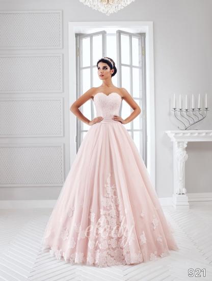 Jednoduché, přesto velice elegantní svatební šaty, v kterých vynikne Vaše krása, jsou pro Vás připraveny u nás v salonu. - Obrázek č. 1