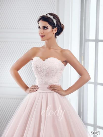 Jednoduché, přesto velice elegantní svatební šaty, v kterých vynikne Vaše krása, jsou pro Vás připraveny u nás v salonu. - Obrázek č. 2