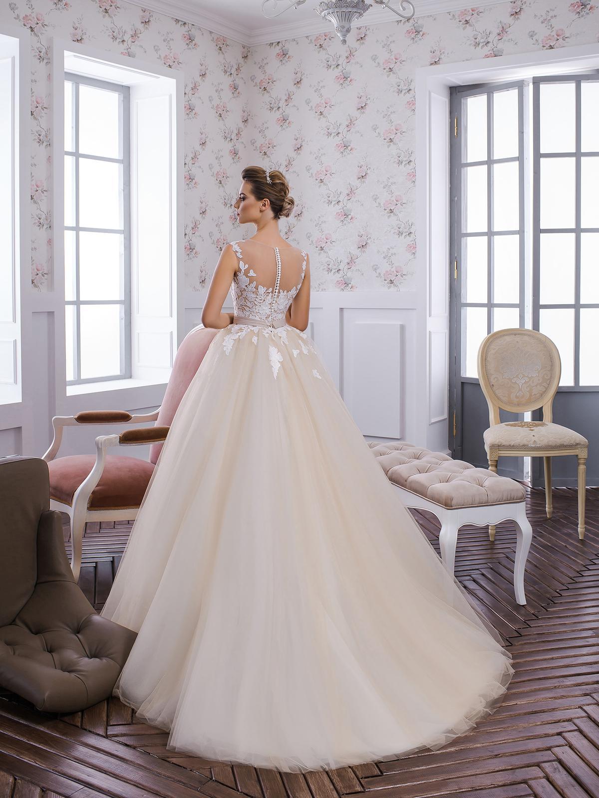 Na jarní sezónu jsme pro Vás připravili další nádherné svatební šaty, které si můžete u nás zapůjčit nebo zakoupit. - Obrázek č. 3