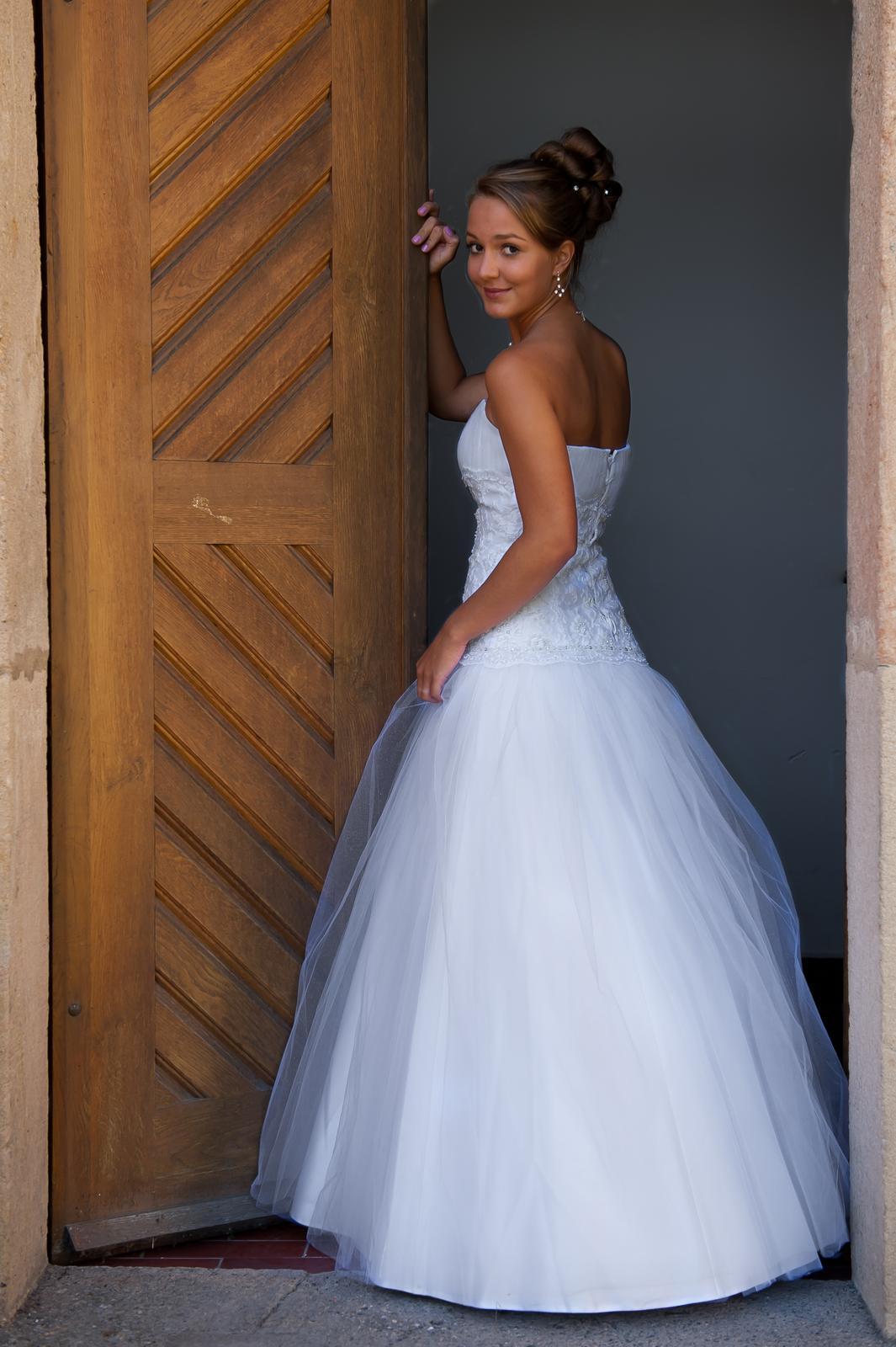 Svatební šaty s tylovou sukní - Obrázek č. 1