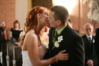 první novomanželské políbení