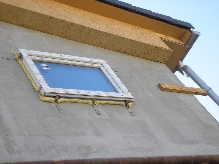 Pasívny dom Kostolná-Záriečie - Pohľad zo severnej strany na detaily strechy.