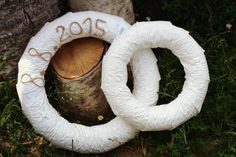 Symbol prstenů. Polystyrenové věnce obalené stuhou, datum svatby z provázku