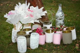 plechovky jako vázy, sklenice jako svícny, srdíčka z drátku na zápich do vázy a hrdličky budou lemovat cestu k oltáři
