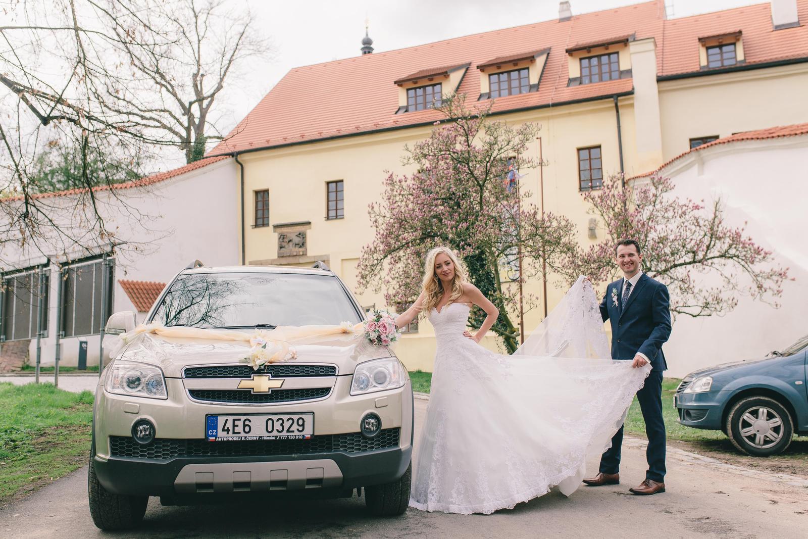♥ Monika{{_AND_}}Filip ♥ - ...auto jsme museli taky zvěčnit a hurá odjezd na hostinu.
