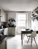 Kuchyňa s tyrkysovými doplnkami