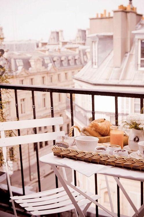 Balkónovanie - raňajky na balkóne
