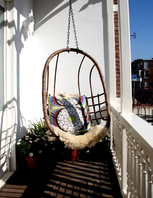 Balkónovanie - idylka v hojdacom kresle