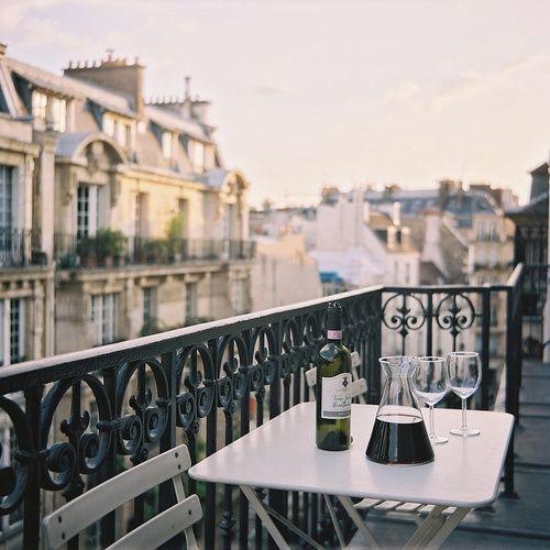 Balkónovanie - podvečer pri vínku