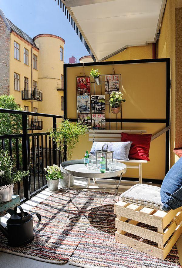 Balkónovanie - super nápad na uloženie časopisov či zavesenie kvetov