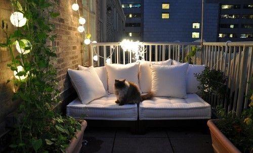 Balkónovanie - posedenie z matracov a vankúšov