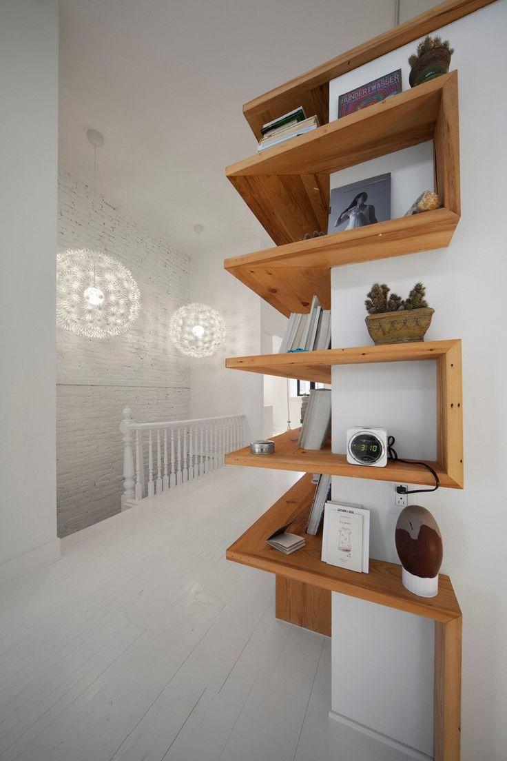 Interiérový dizajn - interiér ozvláštnený netradične situovanými policami