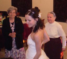 marcelkova babka vlavo a moja vpravo, taktiez sa fajne vytancovali