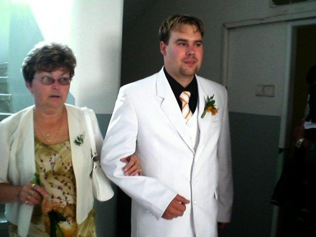 Kateřina Čapková{{_AND_}}Václav Říha - ženich s maminkou.